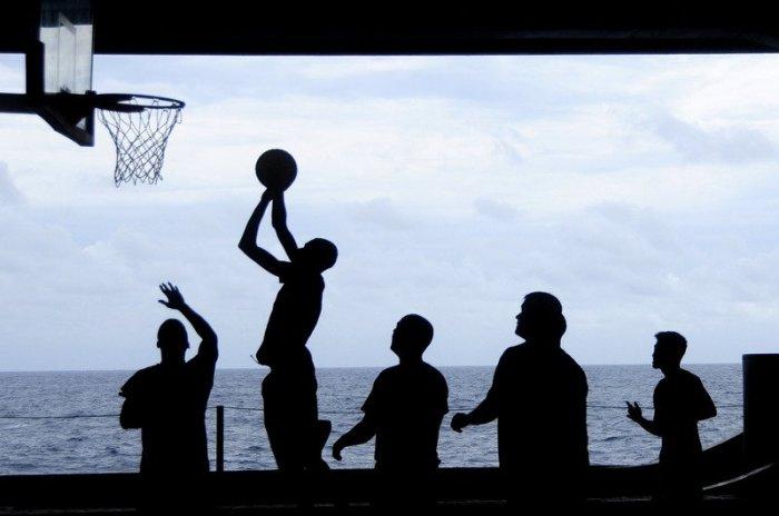 Silhouettes jouant au basket
